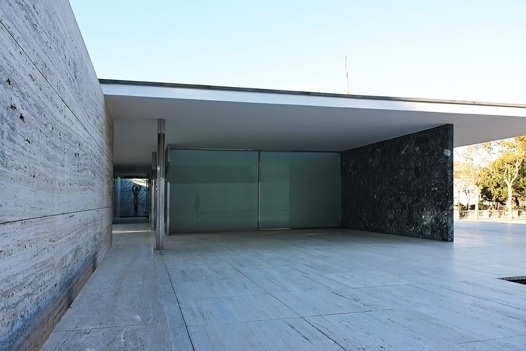 壁の上に乗る1枚の屋根が特徴的