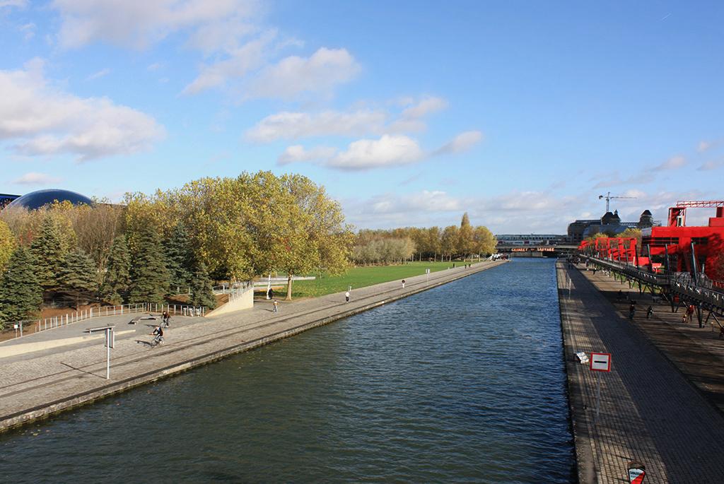 ラ・ヴィレット公園を横切るル-ルク運河