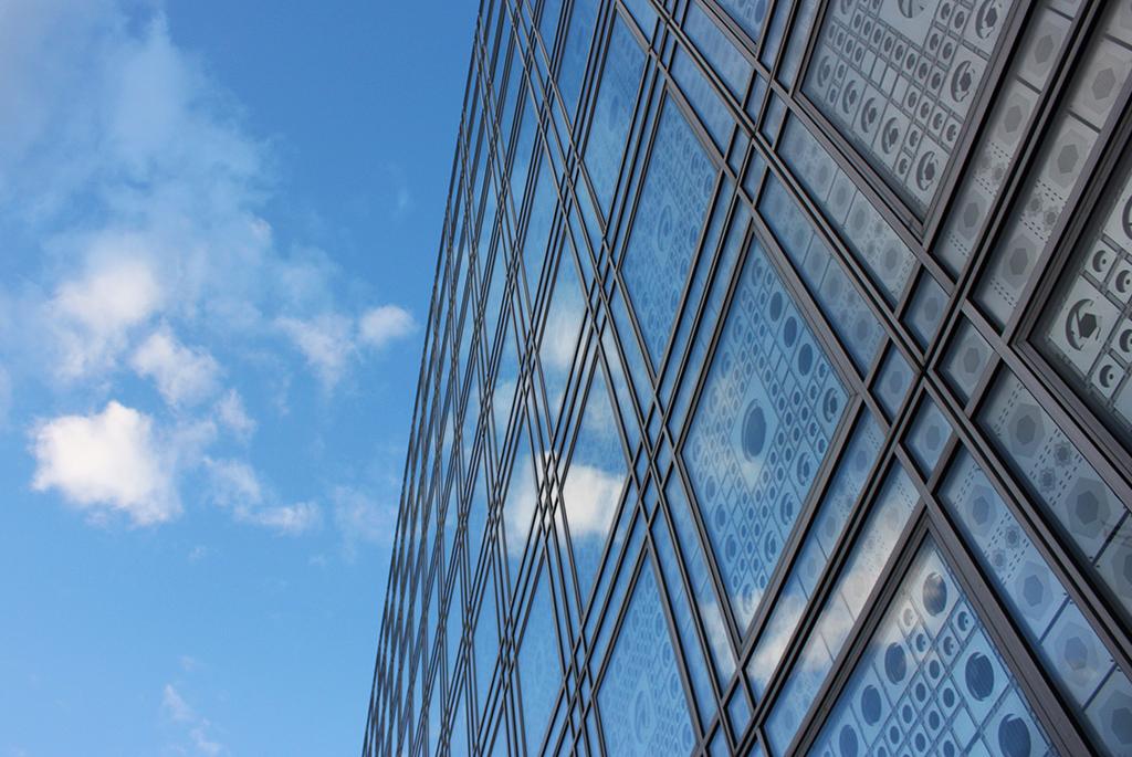 ガラスに映り込む空が建物を透明にする