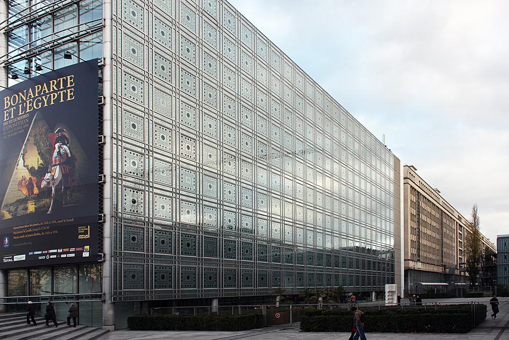 ガラス張りの外観が建物の表情を刻々と変える