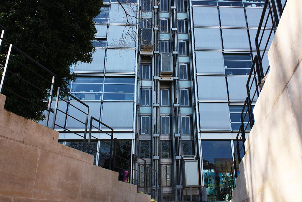 建物裏側のガラスエレベーターを見上げる