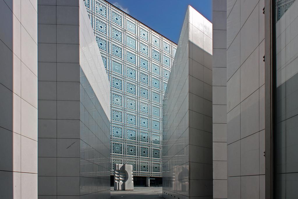 建物への期待が高まるアプローチ