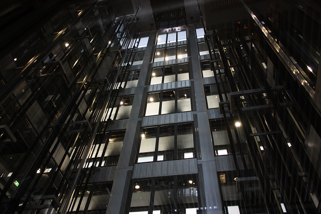建築の構造がよく見えるスケルトンのエレベーター
