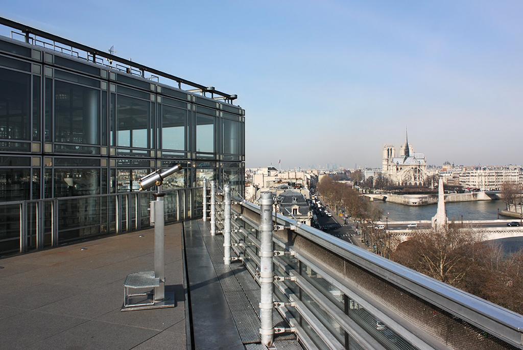 最上階からパリの景観を楽しむ