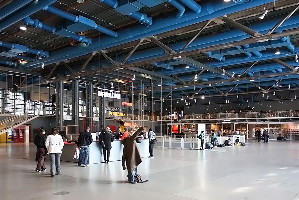 空港や駅のように広いエントランス