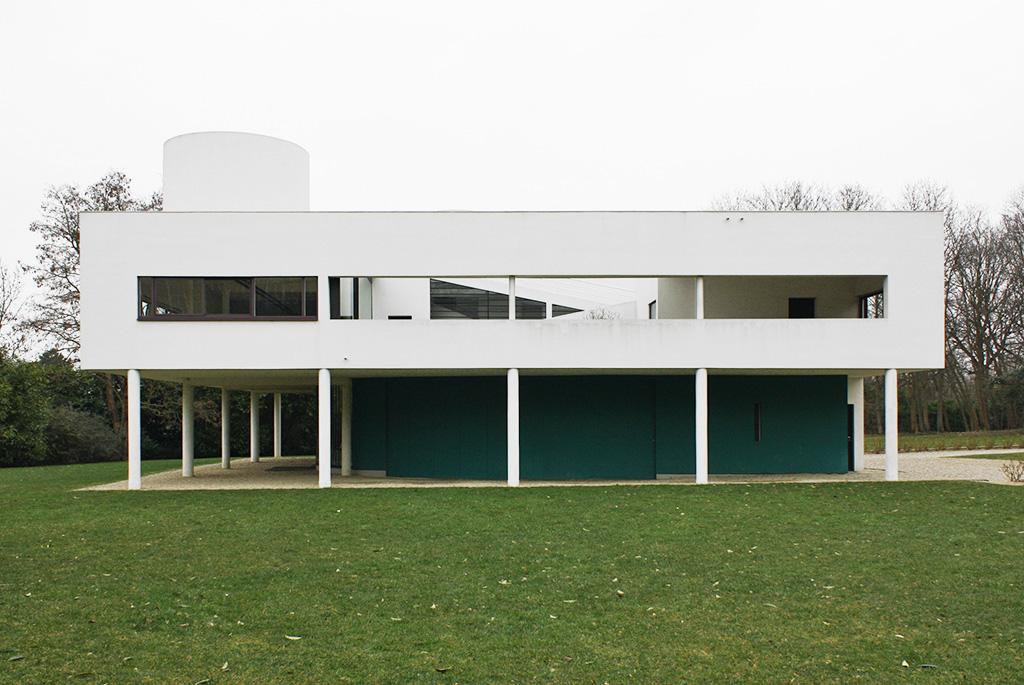 オブジェのように芝生の上に置かれている建物