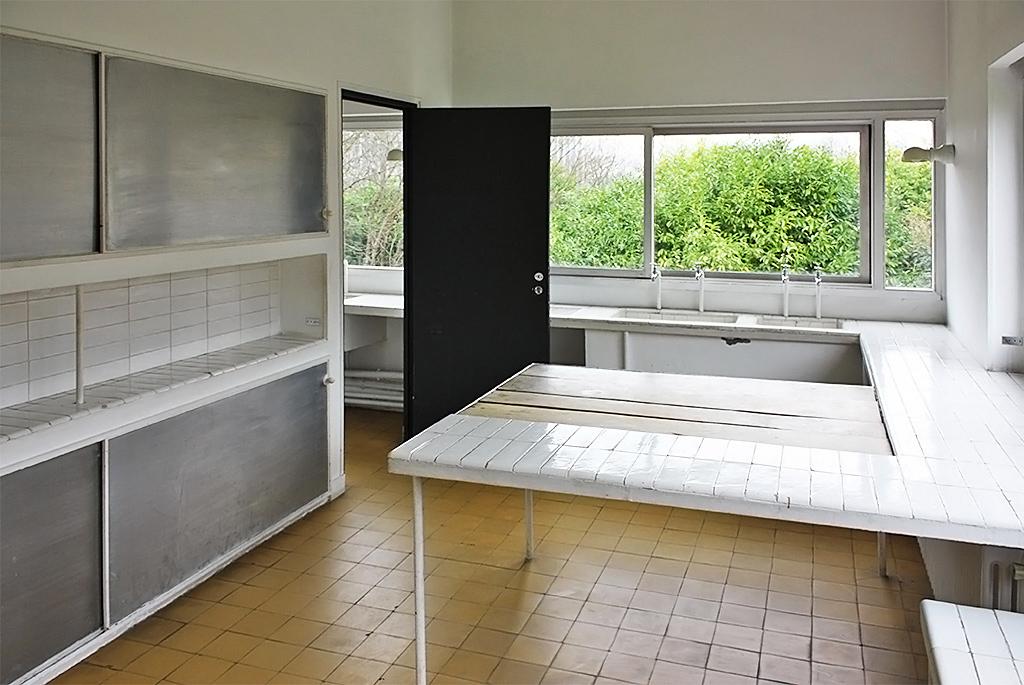 白いタイルの棚と壁で統一されたキッチン