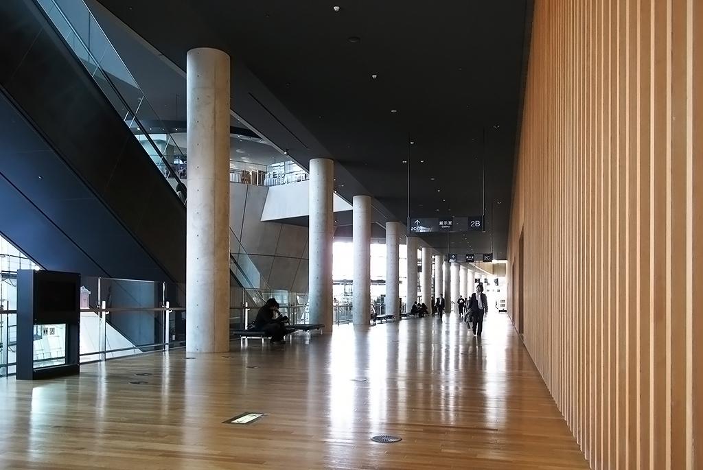 足元にクーラーが設置されている2階の廊下