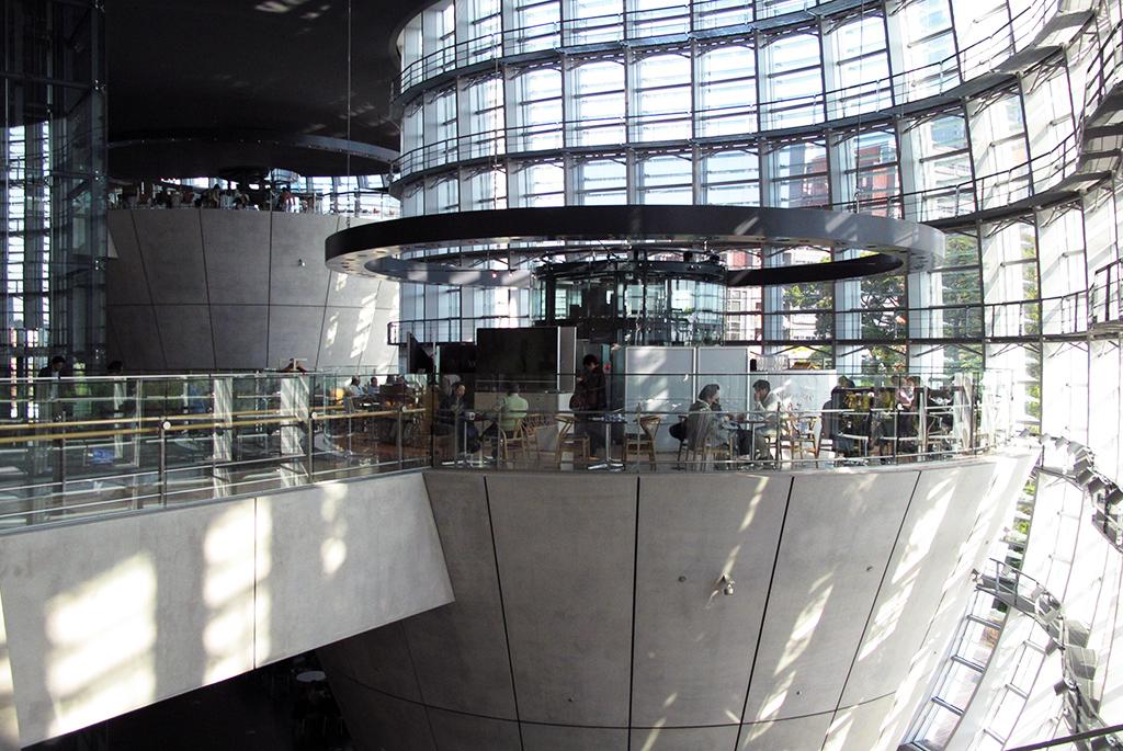 巨大な逆円錐の最上部に広がるカフェ・レストラン