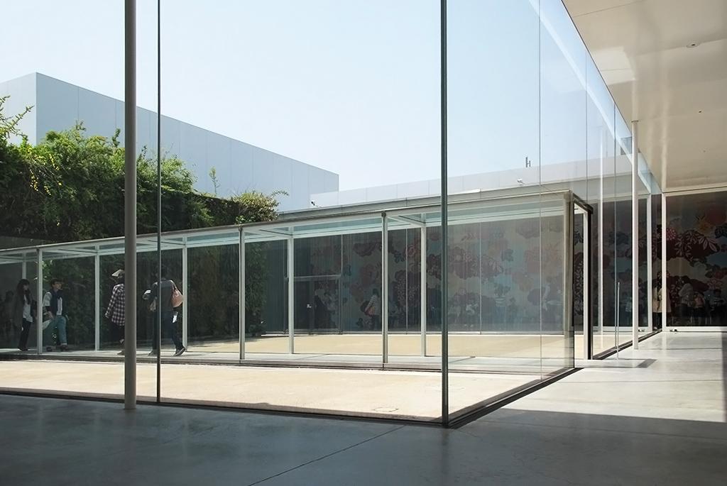 左:パトリック・ブラン「緑の橋」/奥:マイケル・リン「市民ギャラリー」