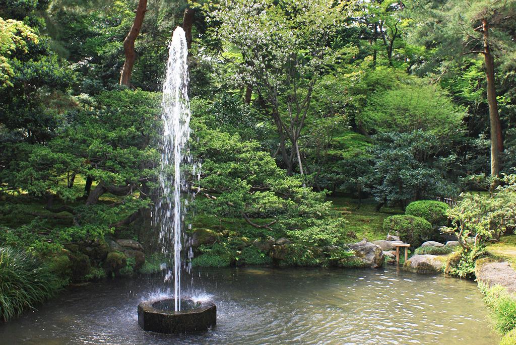 自然の水圧で吹き上がっている日本最古の「噴水」
