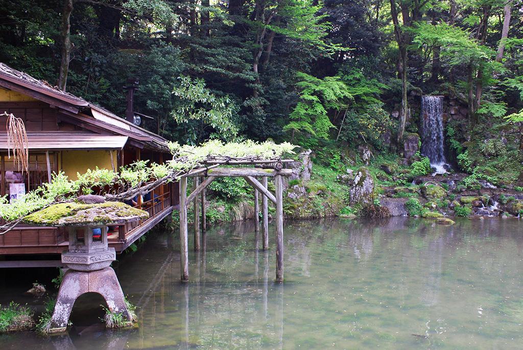 瓢池の「夕顔亭」と「翠滝」