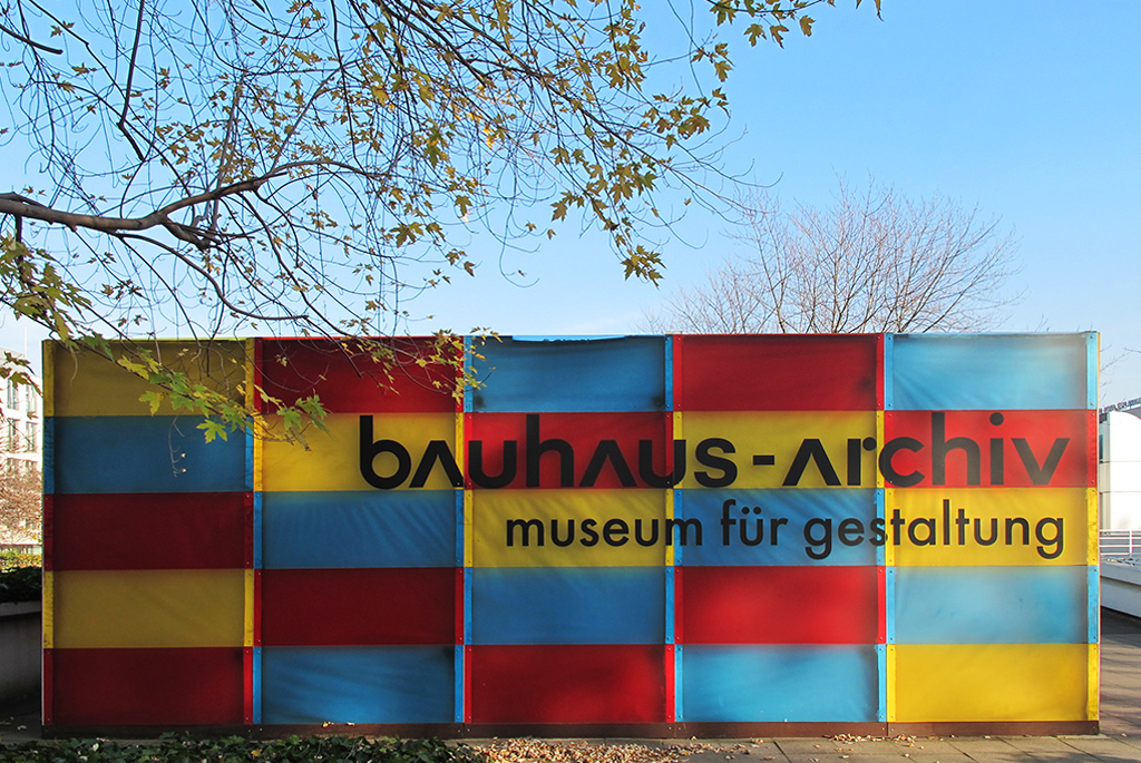 バウハウスを象徴する三原色を使用したカラフルな看板
