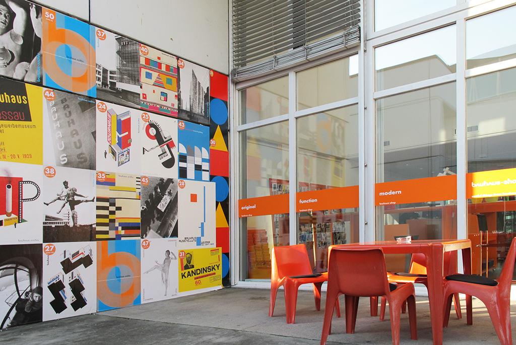 購入できるポスターが一面に張られたカフェ