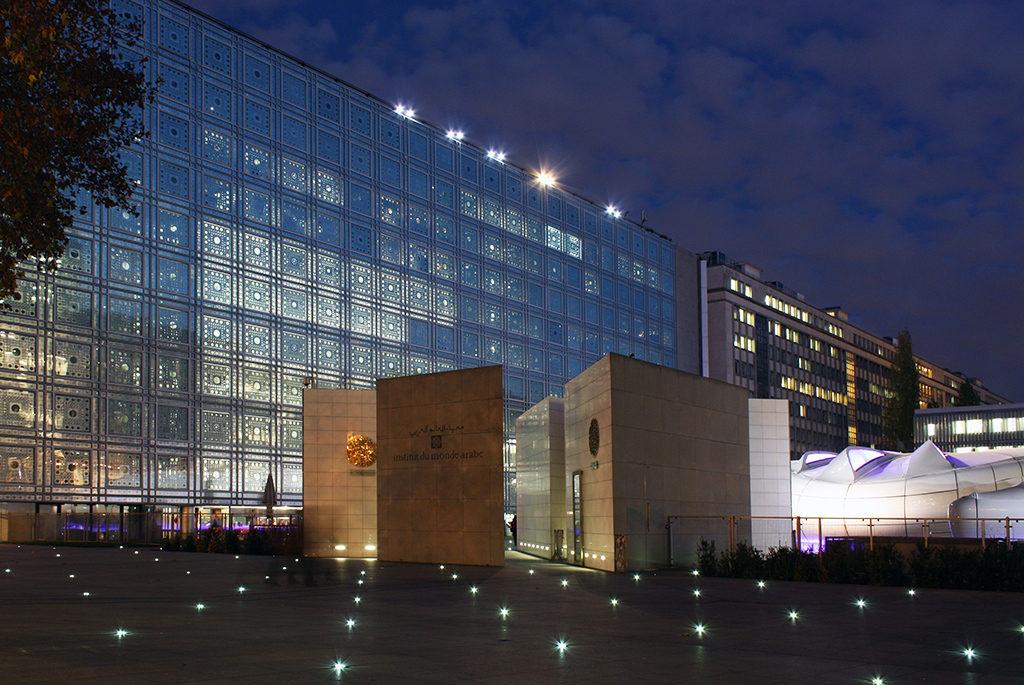 宇宙船のようなモバイルアートが出現!「アラブ世界研究所」