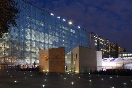 宇宙船モバイルアートが出現!パリ「アラブ世界研究所」