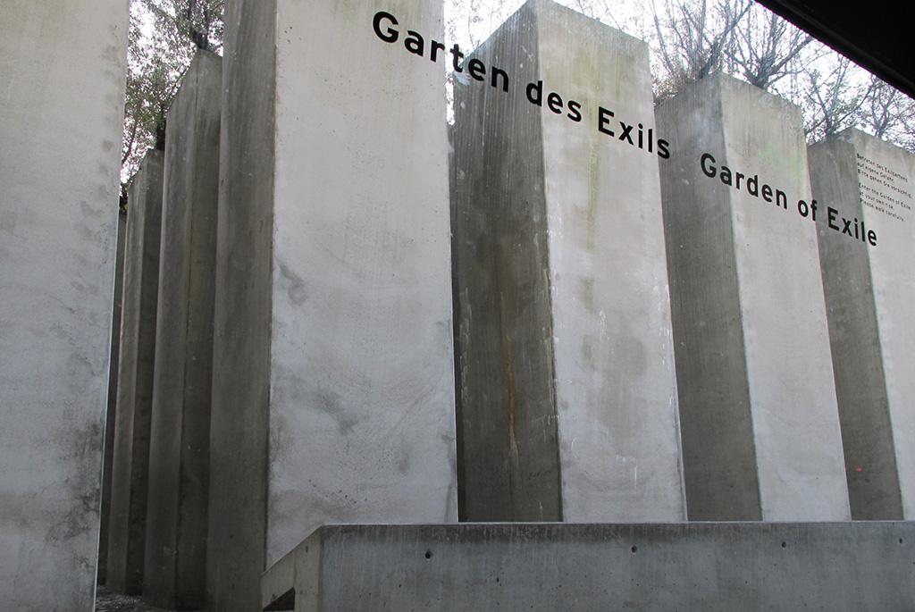 「亡命の庭」を地下通路から見上げる