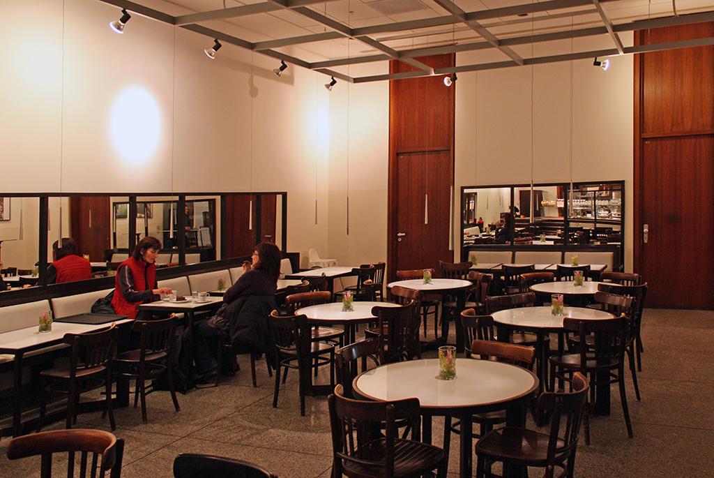 地下1階にある落ち着いた雰囲気のカフェ