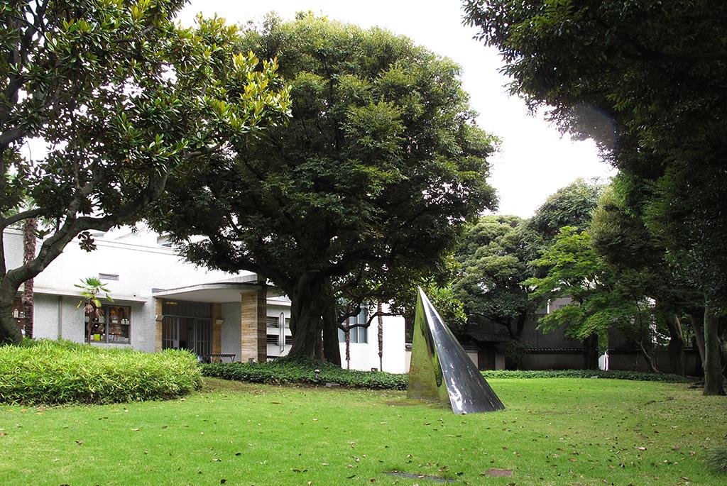 庭には多田美波、関根伸夫などの作品を設置している