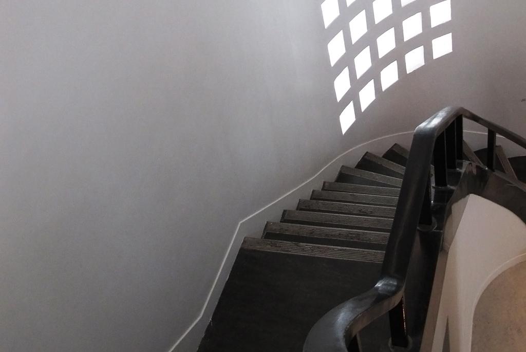 年季が入った階段を一歩一歩踏みしめる