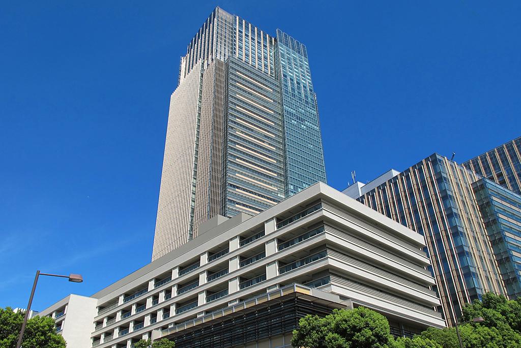 低層の21_21とは対象的に都内一高いビルの東京ミッドタウン
