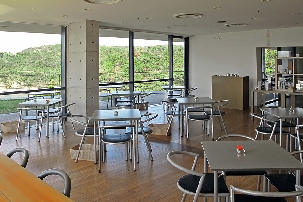 瀬戸内海を一望できるミュージアムカフェ・ショップ