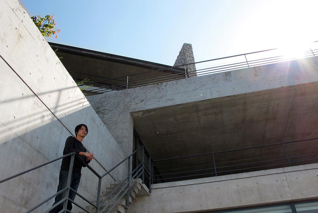 地下1階テラスから見上げる外観