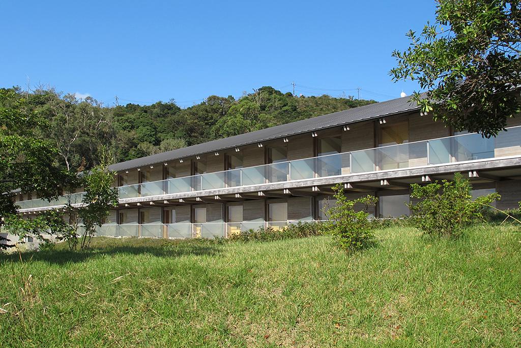 客室は自然に溶け込むような造りの木造2階建て
