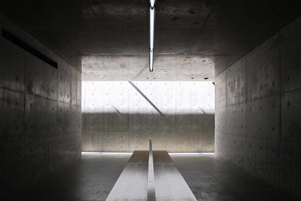 光と影のコントラストが美しい館内の通路