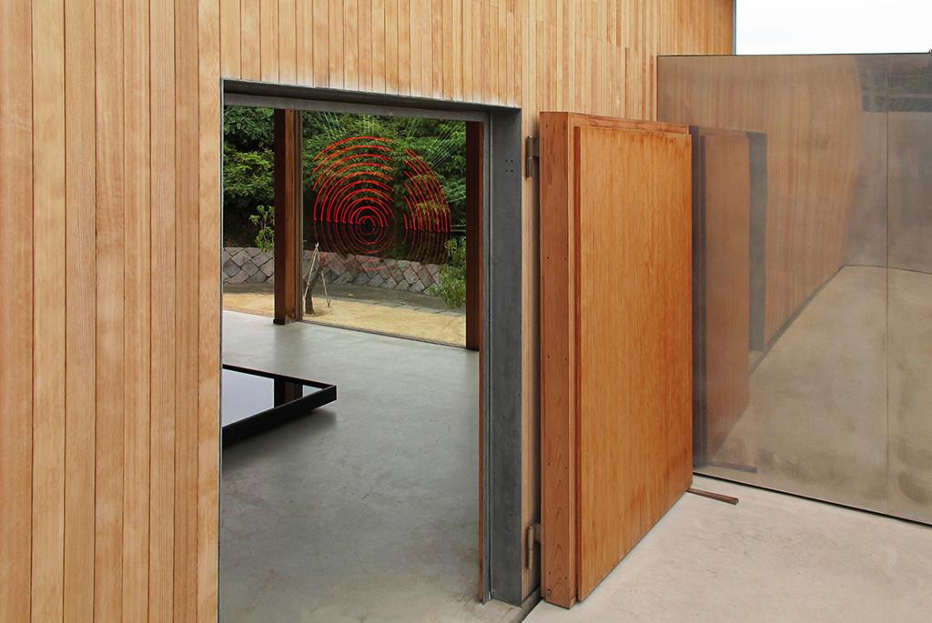 「F邸」作品:柳幸典 山の神と電飾ヒノマルと両翼の鏡の坪庭