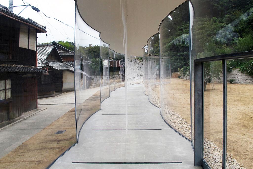 透明なアクリルの曲線が連なる