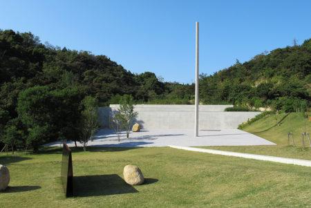 李禹煥の作品と静かに対峙できる、直島「李禹煥美術館」