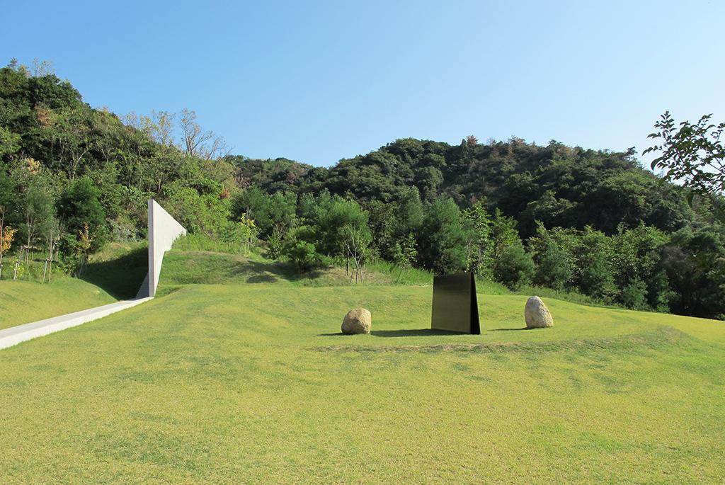 鉄板・自然石の作品「関係項-対話」