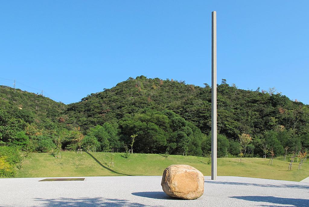 コンクリート柱・自然石・鉄板の作品「関係項-点線面」