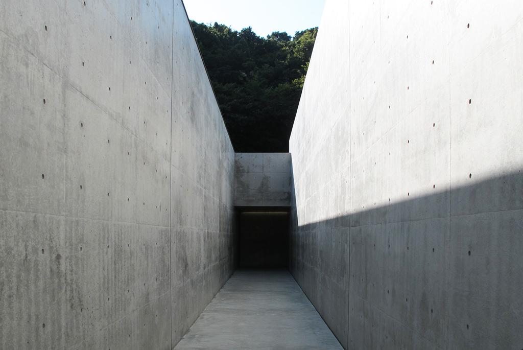 真っ暗で吸い込まれそうな美術館の入り口