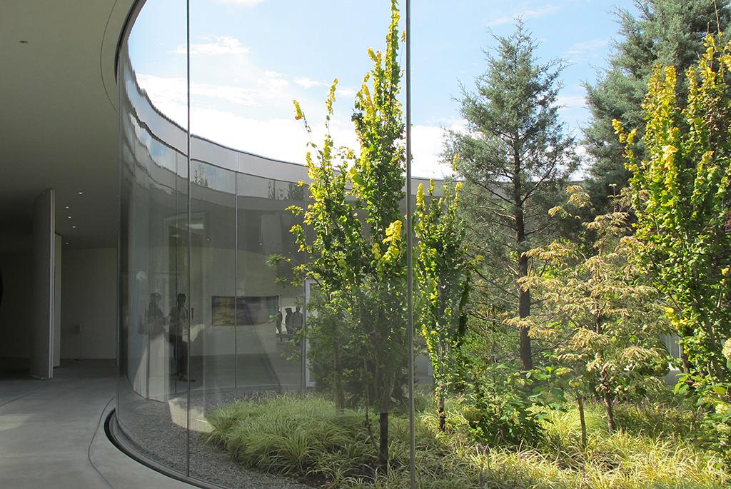 光が降り注ぎ自然と一体化した「軽井沢千住博美術館」