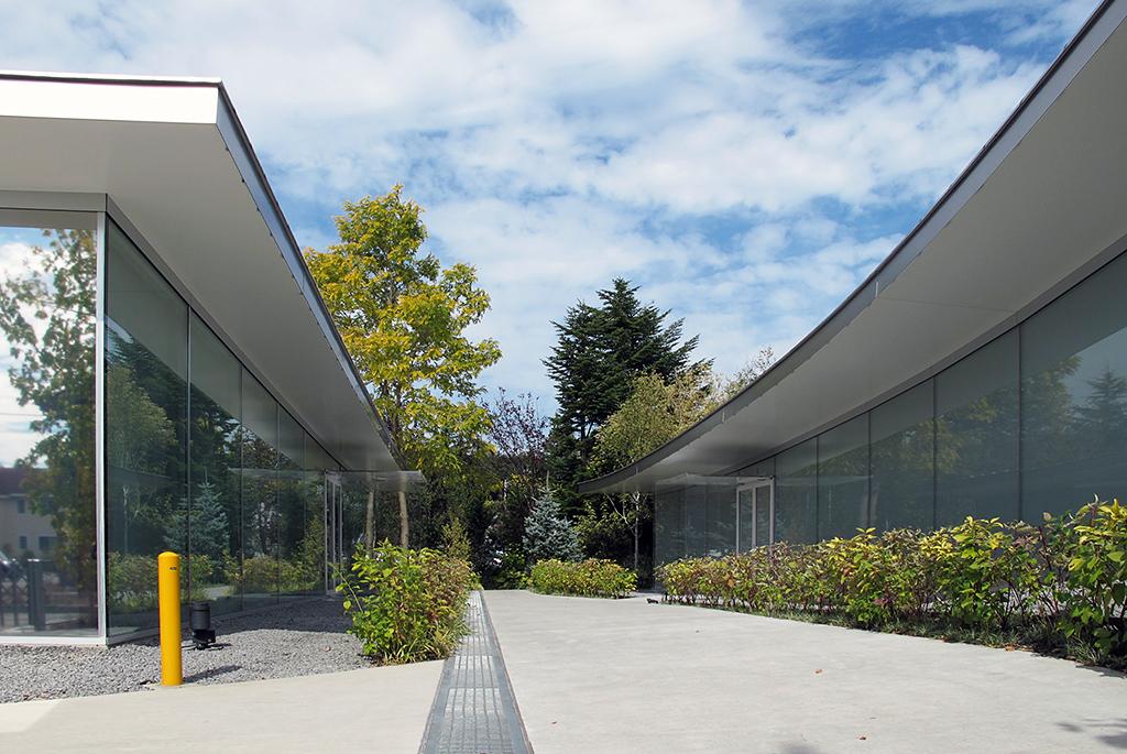 オフィス(左)も美術館同様のデザイン