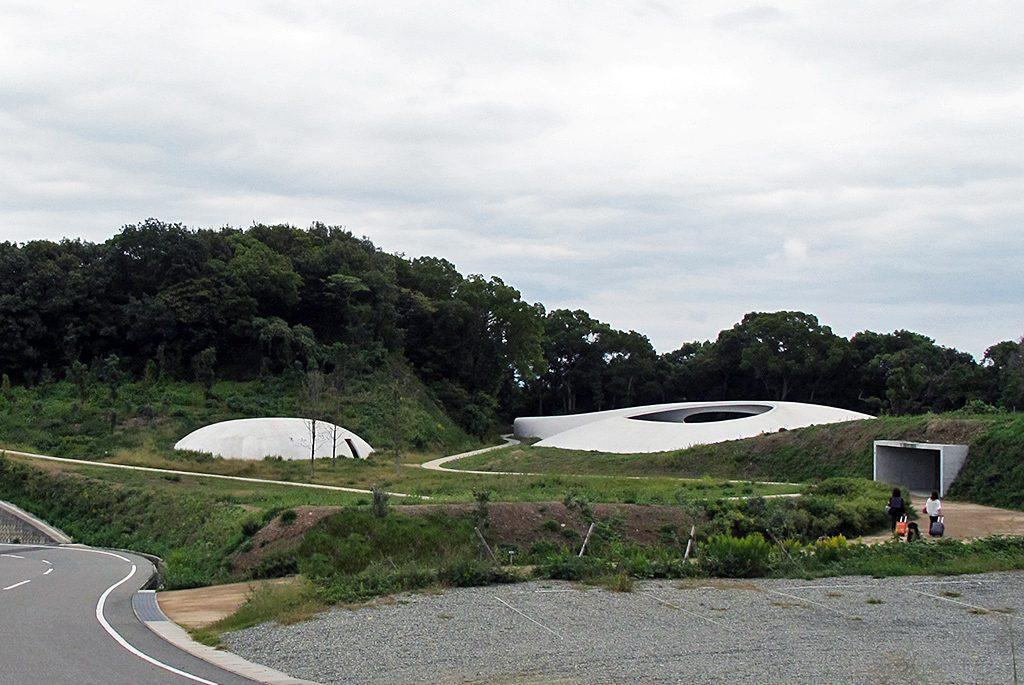 棚田の一角に建つ、内藤礼と西沢立衛の「豊島美術館」