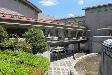 緑溢れる「砧公園」とその豊かな自然に佇む「世田谷美術館」
