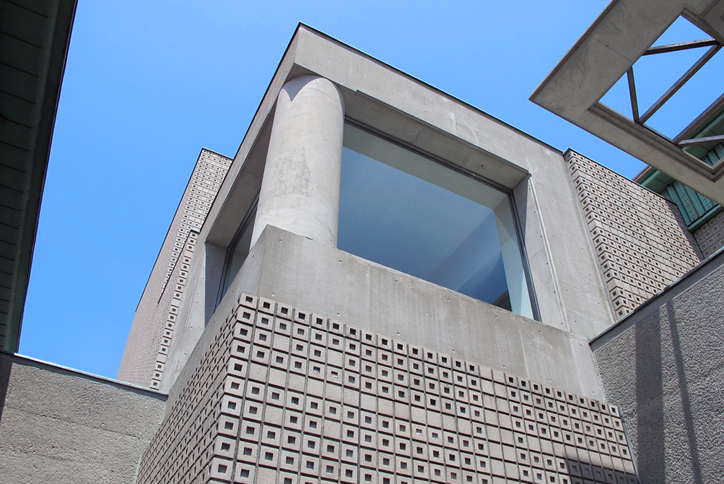 凹凸のある外壁が特徴