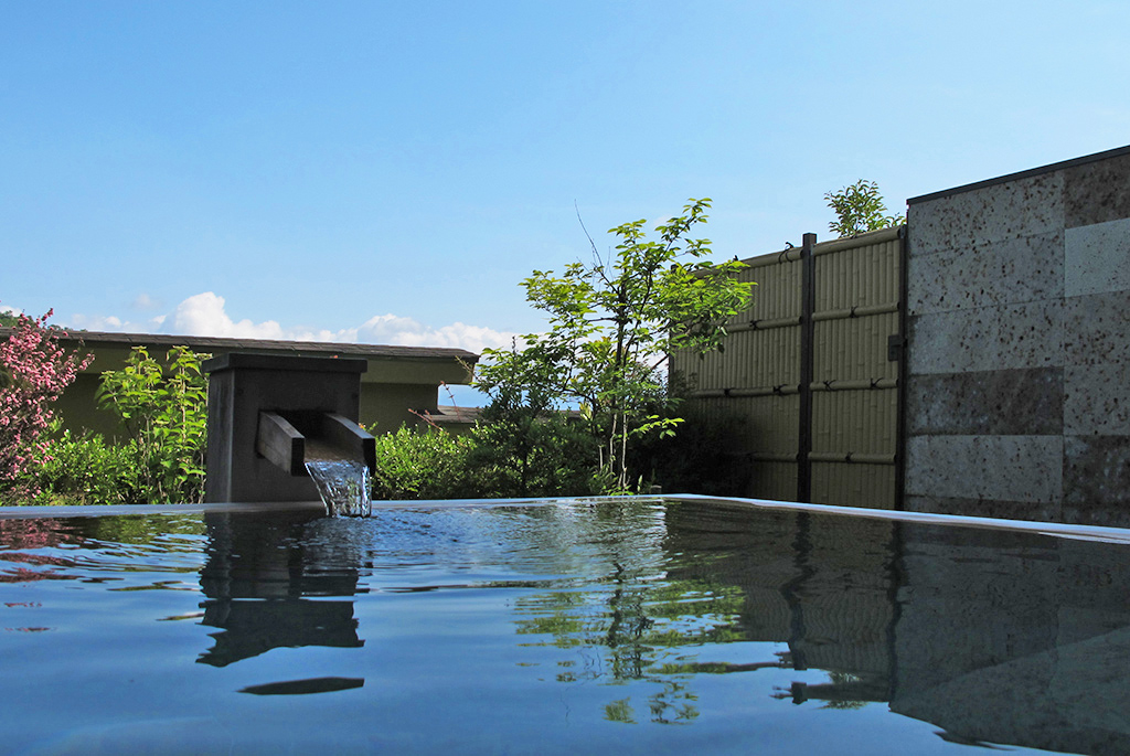 ウッドデッキテラスにある源泉掛け流しの露天風呂