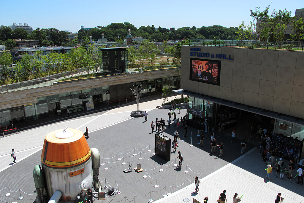 中央広場には多目的ホールのiTSCOM STUDIO & HALL