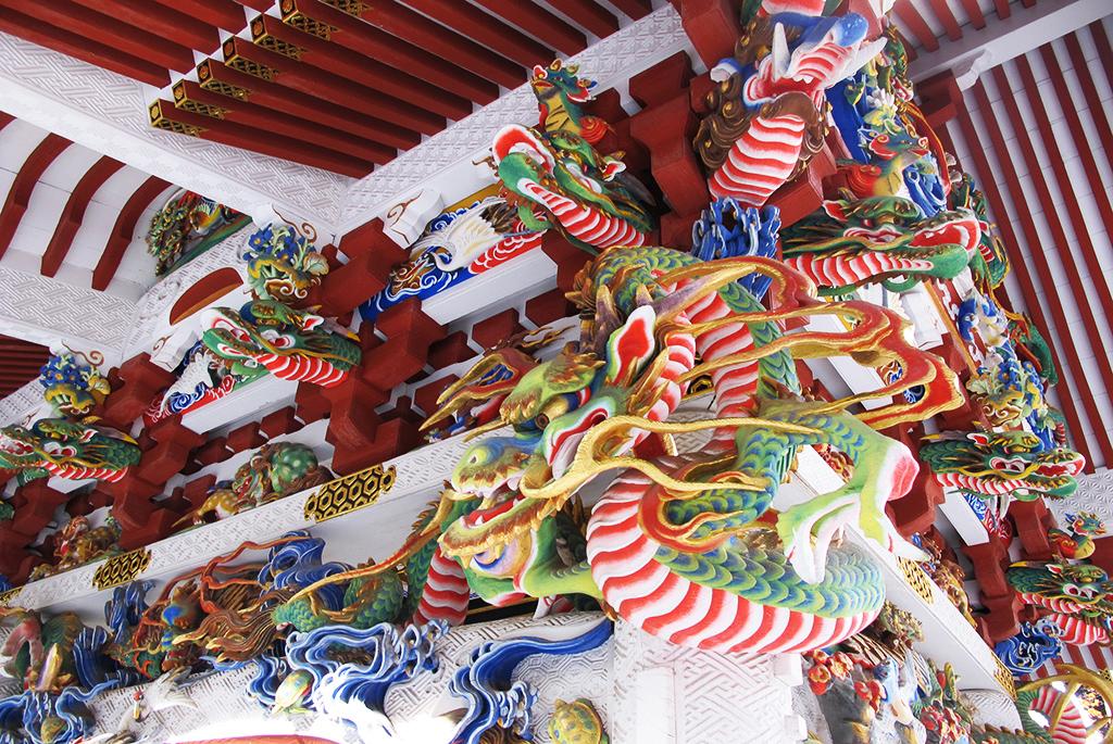 手水舎の鮮やかな龍の装飾