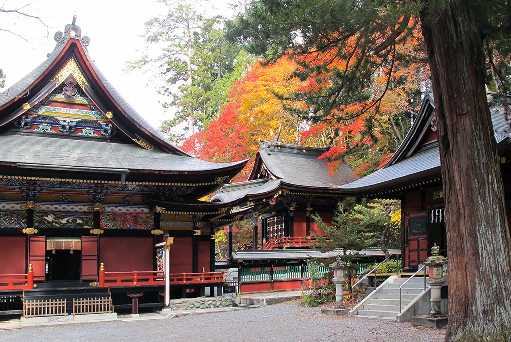 左から拝殿・本殿・祖霊社(それいしゃ)