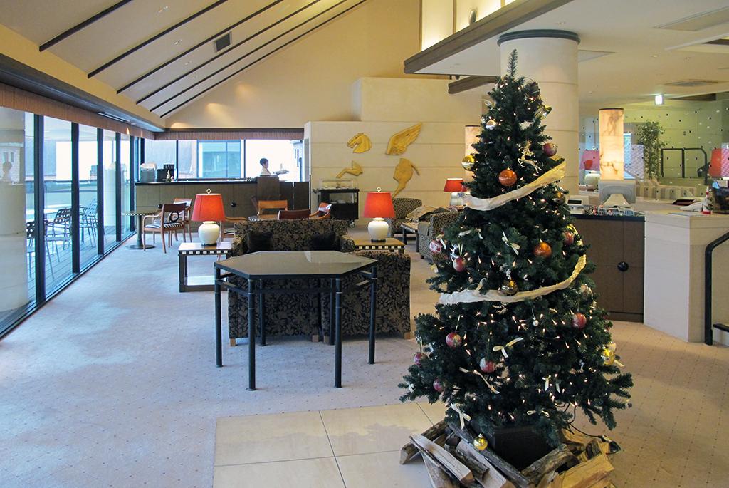 クリスマスツリーも飾られ、広く寛ぎやすいラウンジ