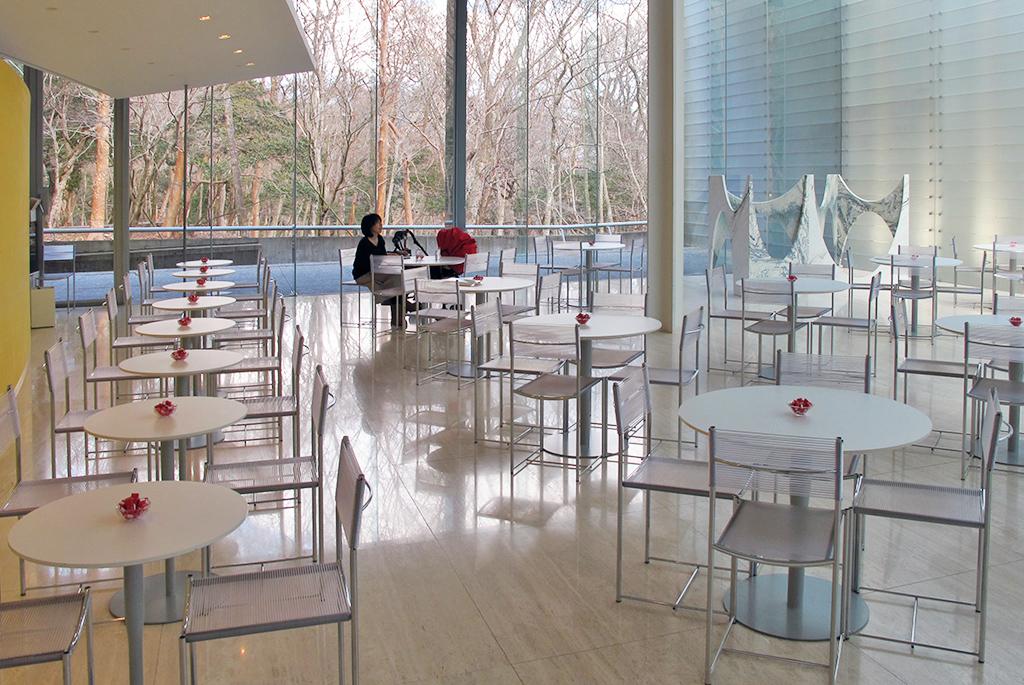 明るく開放的な「カフェ チューン」