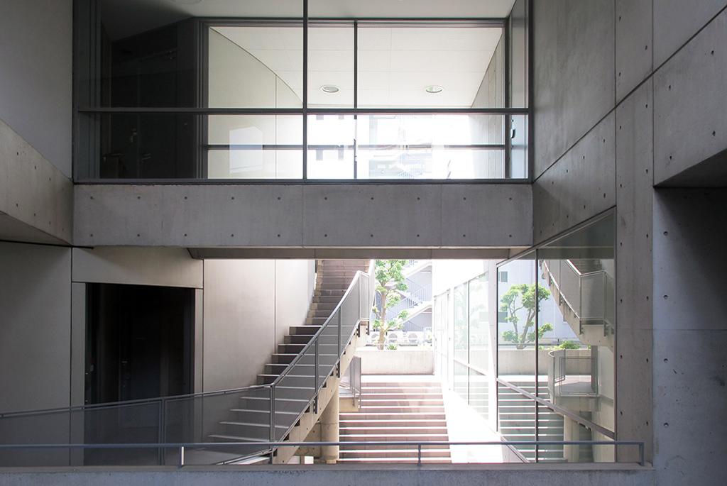 階段・ブリッジなどが複雑な空間を演出