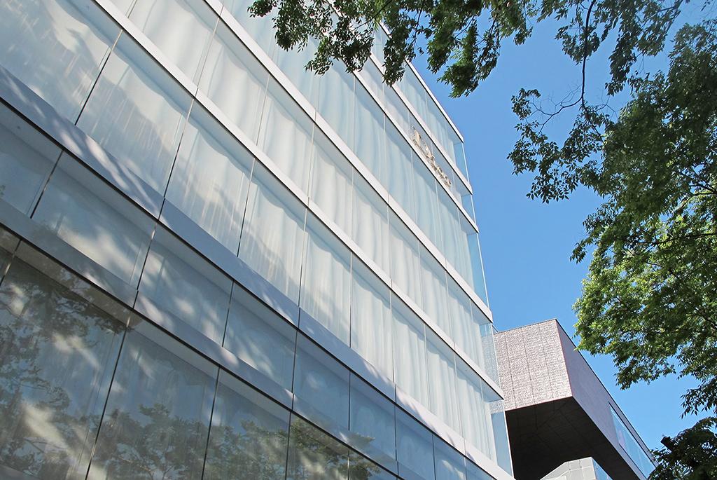 外壁はガラスとアクリルの二重レイヤー