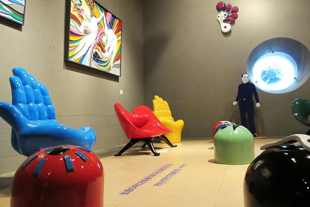実際に座ることのできる作品「坐ることを拒否する椅子」