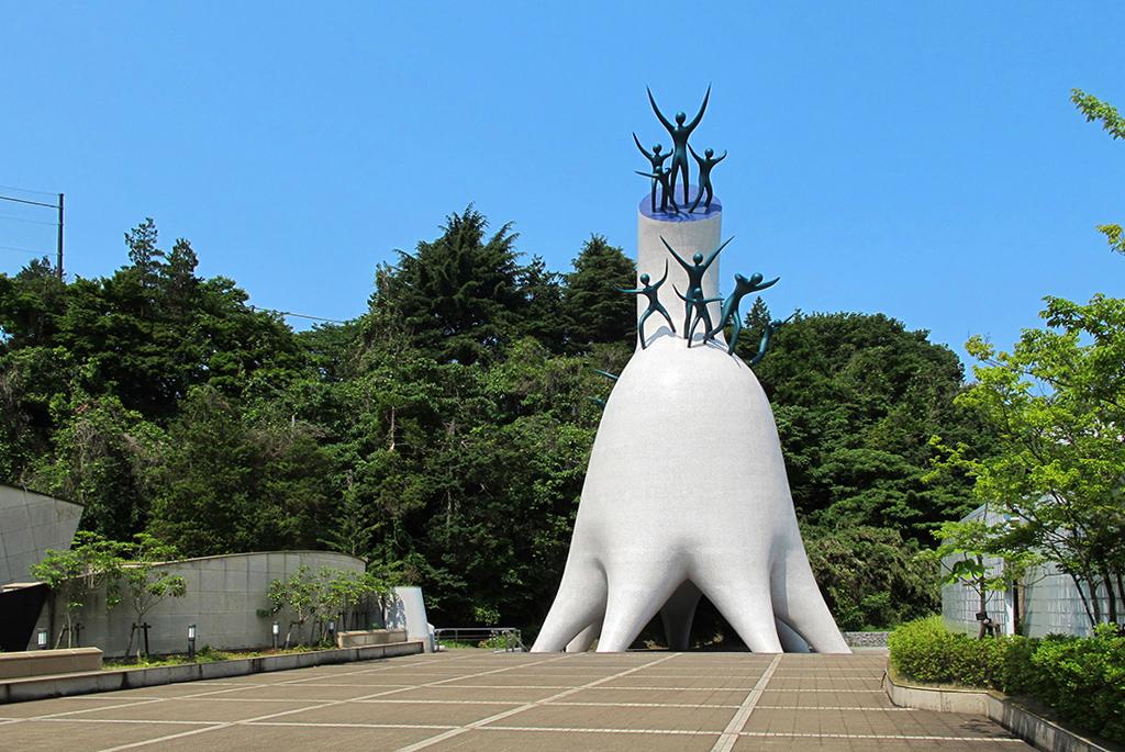 高さ30mほどのシンボルタワー「母の塔」